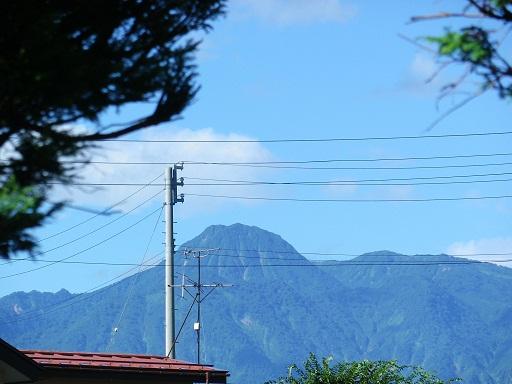 屋根越しの妙高山.jpg